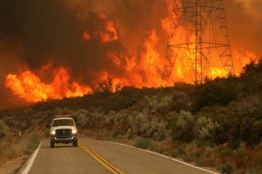 2013-08-23_01_USA Forest Fire California Road