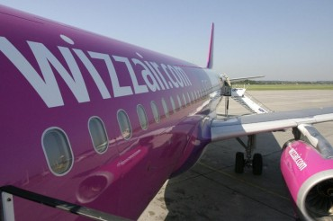 2013-09-27_03_Wizz Air Aircraft at Airport Boarding