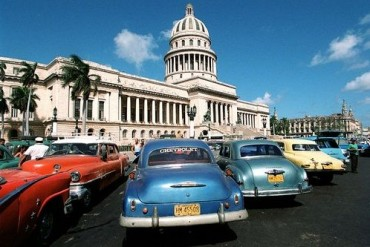 000324 HAVANA, CUBA: The Capitolio building in central Havana, built in 1929, was inspired by the United States Capitol building and is a major draw for tourists Saturday 3/24/00. The building symbolizes the close ties that Cuba once had to America and housed the Chamber of Representatives and the Senate but now is a science museum. (DAVID TULIS/Staff)
