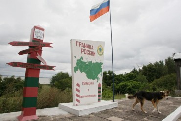 2013-12-18_02_Russia Border Guard Signpost Flag Dog