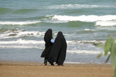 2013-12-19_04_Ladies in Hijab Beach Sea Arabic World Strict Rules