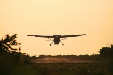 2014-02-03_02_Small Plane Airplane Aircraft Landing Air Strip