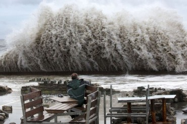 2014-02-14_01_UK Weather United Kingdom Great Britain Disaster Sea Wild Waves Cyclone Man Watching Sitting Table