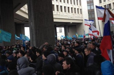2014-02-27_01_Crimea Protests Regional Parliament Simferopol Ukraine