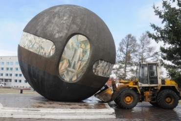 2014-04-28_01_Omsk Russia Fallen Monument The State Sphere Death Star