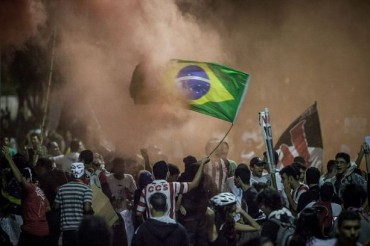 2014-06-22_01_Brazilia Soccer Fans Bloodied Fight Police