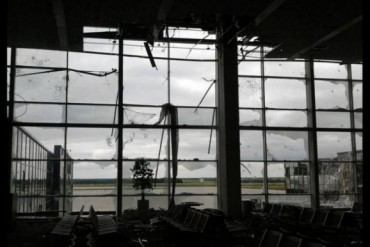 2014-07-05_01_Airport Donetsk After Fights Bombing Ukraine