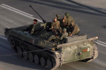 2014-07-13_02_Luhansk Lugansk Ukraine War With Russia Armoured Weapons Tanks in the City 1