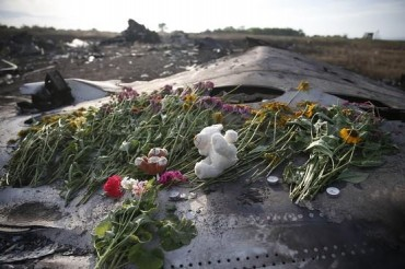 2014-07-23_02_Boeing 777 Malaysia Airlines Ukraine Donetsk Region Crash Site Flowers Brought by Locals