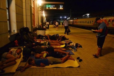 2014-08-19_02_Sochi Russia Railway Traffic Incident Trains Stop People Sleep on the Ground