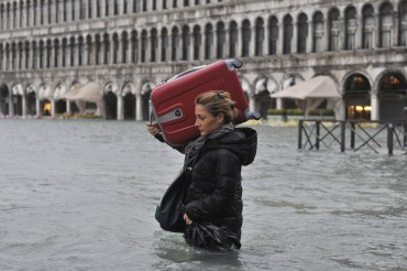2014-11-23_01_Venice Baggage Suitcase Flood Italy