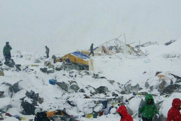 2015-04-26_01_Everest Base Camp War Zone After Earthquake Nepal